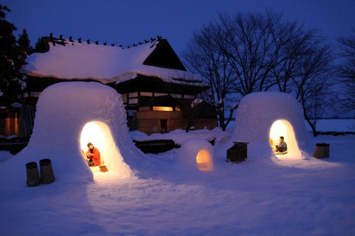 ことりっぷ幻想的な光に街全体が包まれる、秋田県横手市の冬の風物詩「横手の雪まつり かまくら」